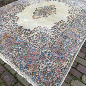 Roze met wit oosters tapijt