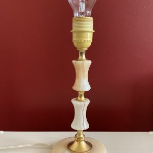 Roze witte marmer met messing tafellamp