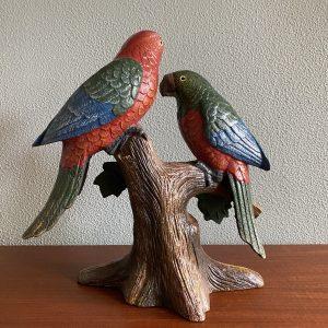 Gietijzeren papegaaien op boom