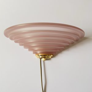 Wandlampje roze glas met messing