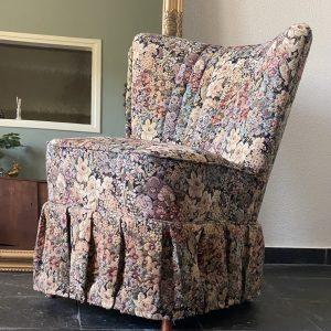 Cocktail stoel / Fauteuil met rok en bloemen bekleding