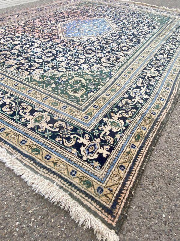 Groen perzisch tapijt fletse kleuren vale vaal zon handgeknoopt